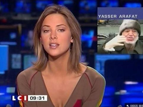 多情的法國男人,為了能夠多看她一眼,每天天早上都早早地起床看她主持的早間新聞...