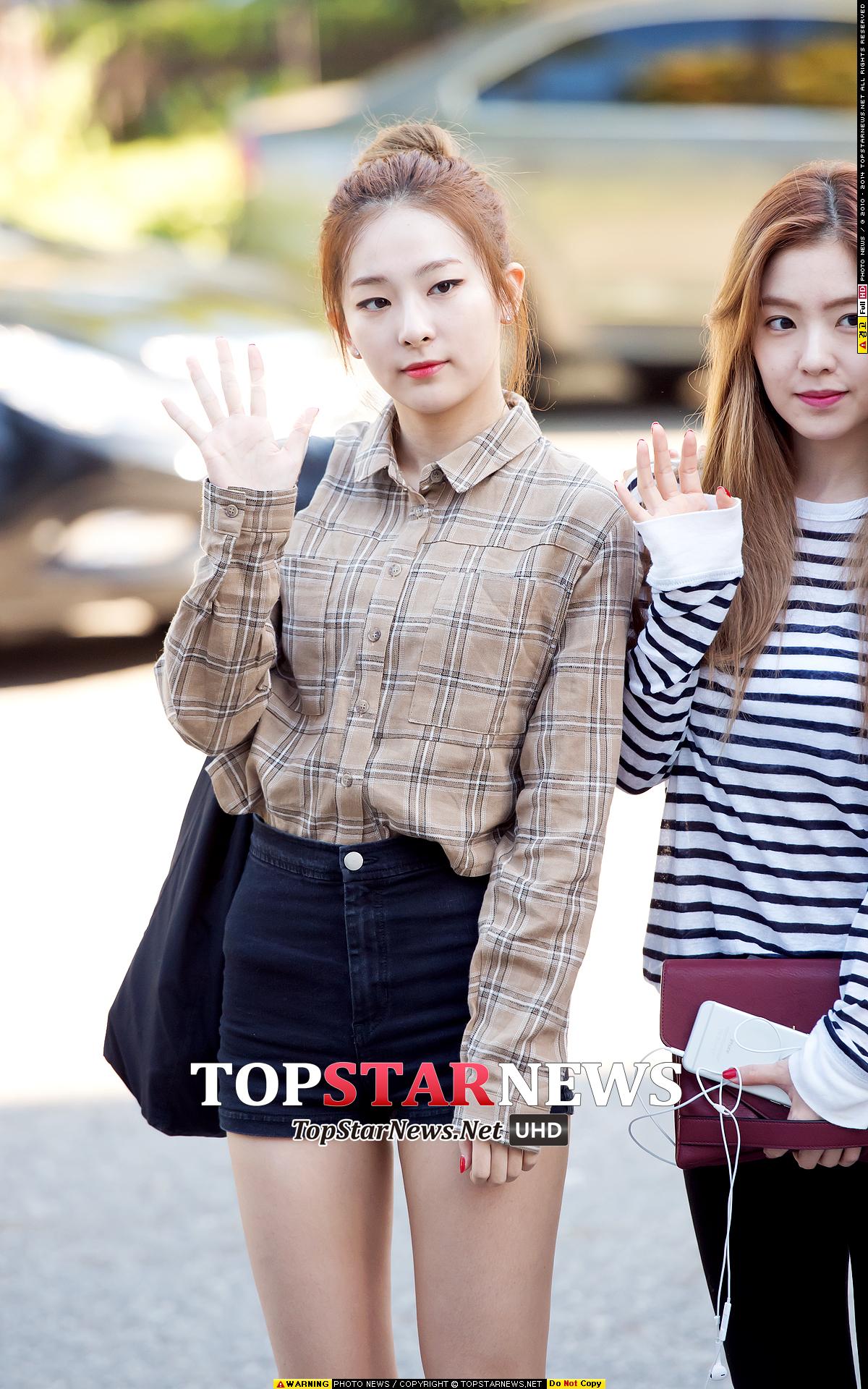 Seulgi將富有秋天色彩的格紋襯衫搭配高腰短褲,打造復古氣息。