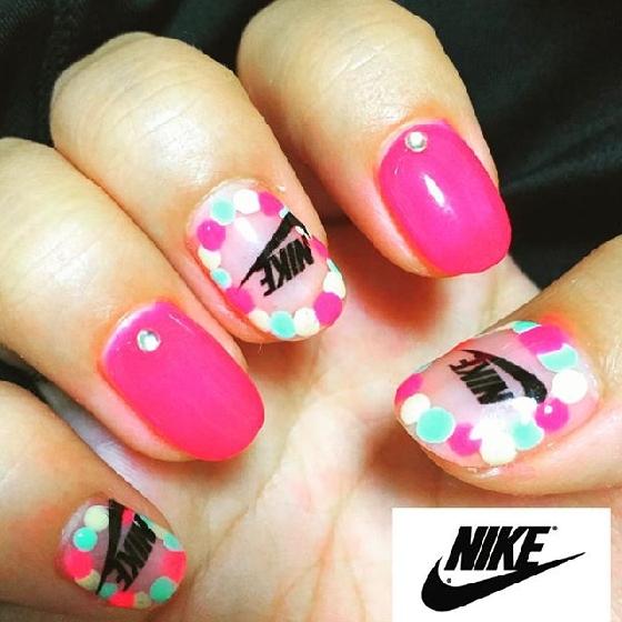 天啊!女孩最愛的桃紅色與點點指彩竟與Nike毫不微和~
