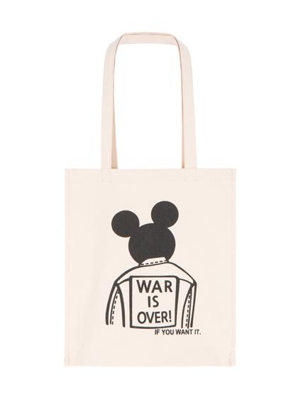 托特帆布袋應該是許多女生不可或缺的item吧!無論是去逛街或是上課、上班都很方便,背上可愛圖案的袋子,出門的時候心情更好了!