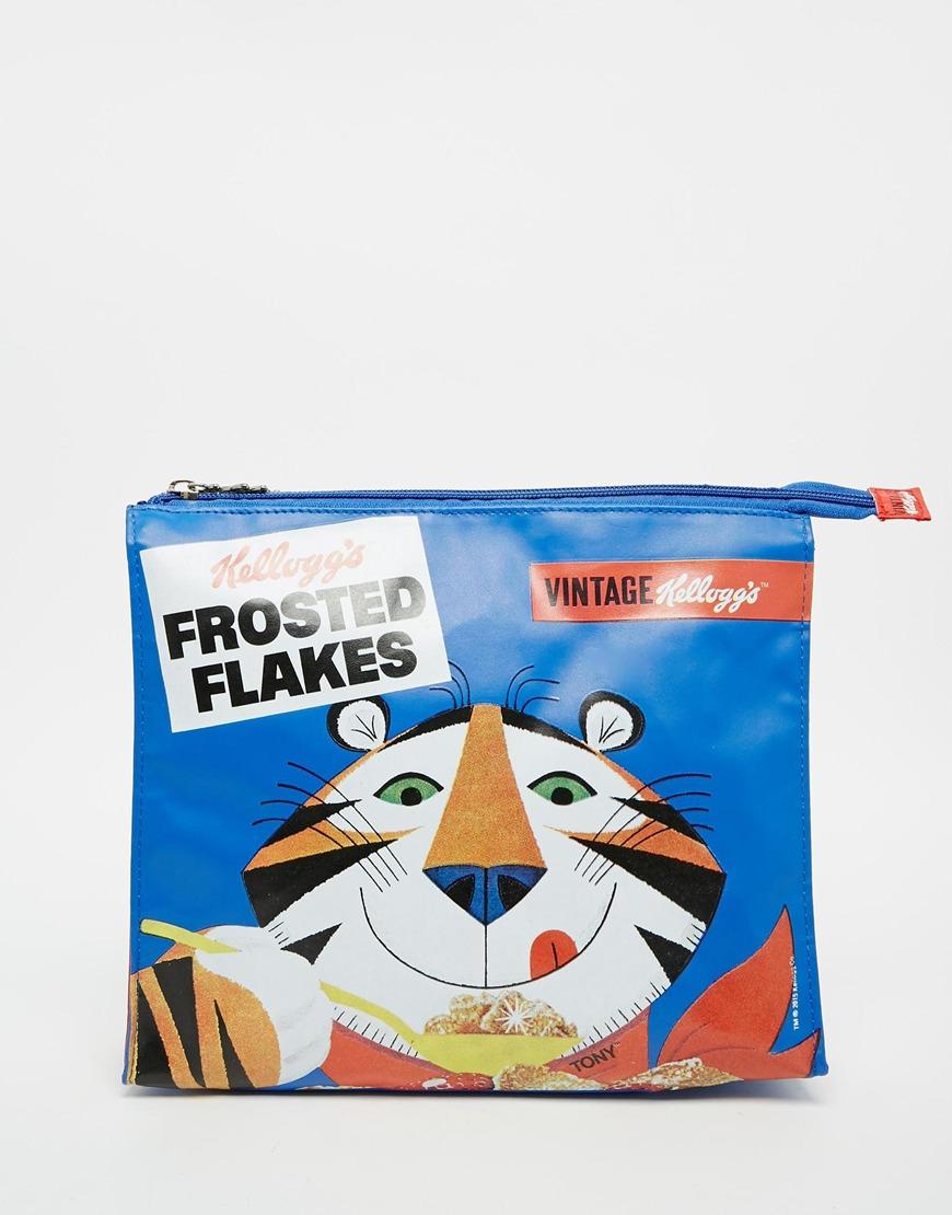 設計師Jeremy Scott不斷翻完各式各樣的速食品牌,Anya Hindmarch也利用家樂氏東尼虎創造出超可愛的時尚單品,現在購入幽默的手拿包正好展現時尚好眼光!
