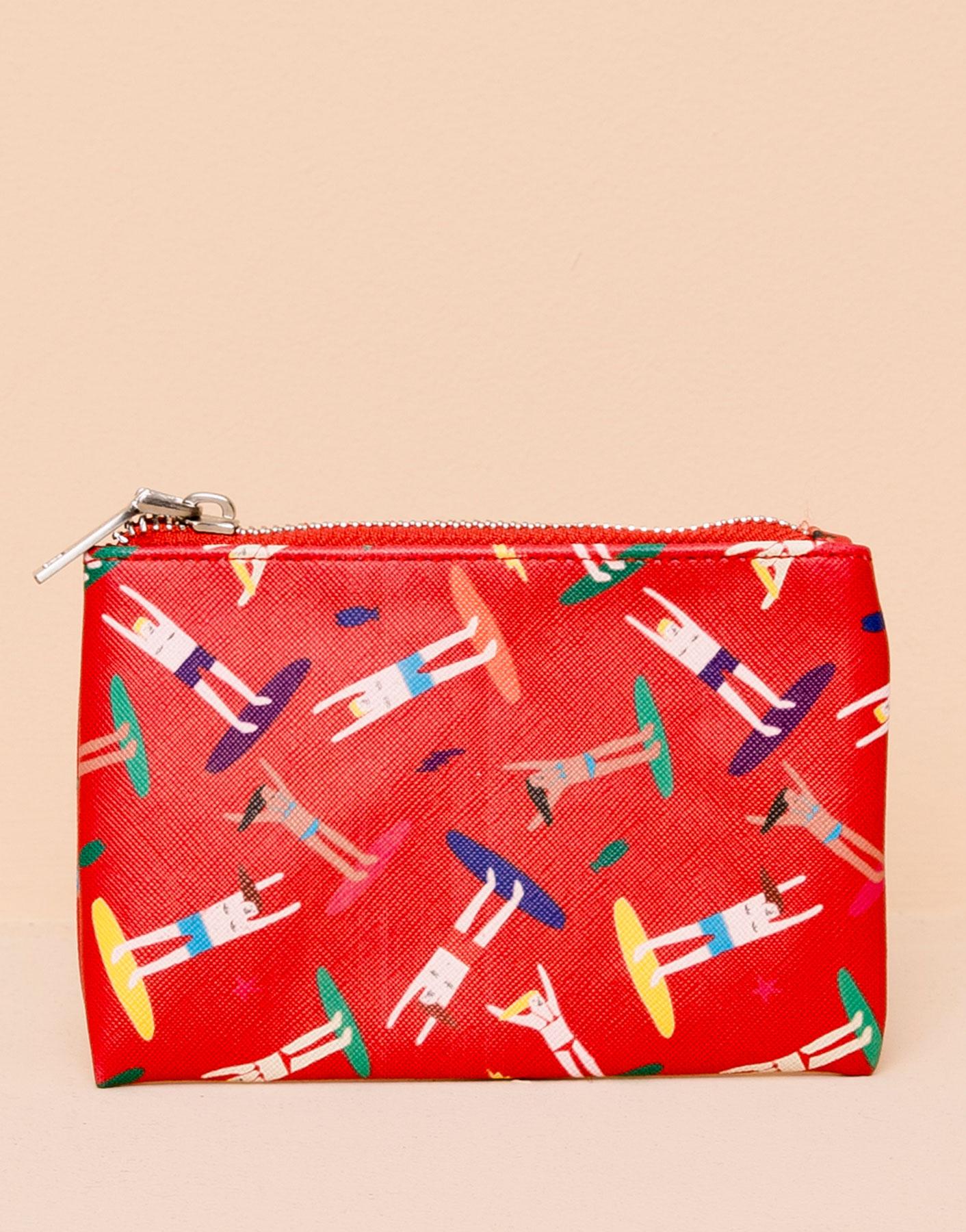 亮眼的紅色手拿包,把一天需要的小物都放在裡面,今天就不要大包小包地出門了!