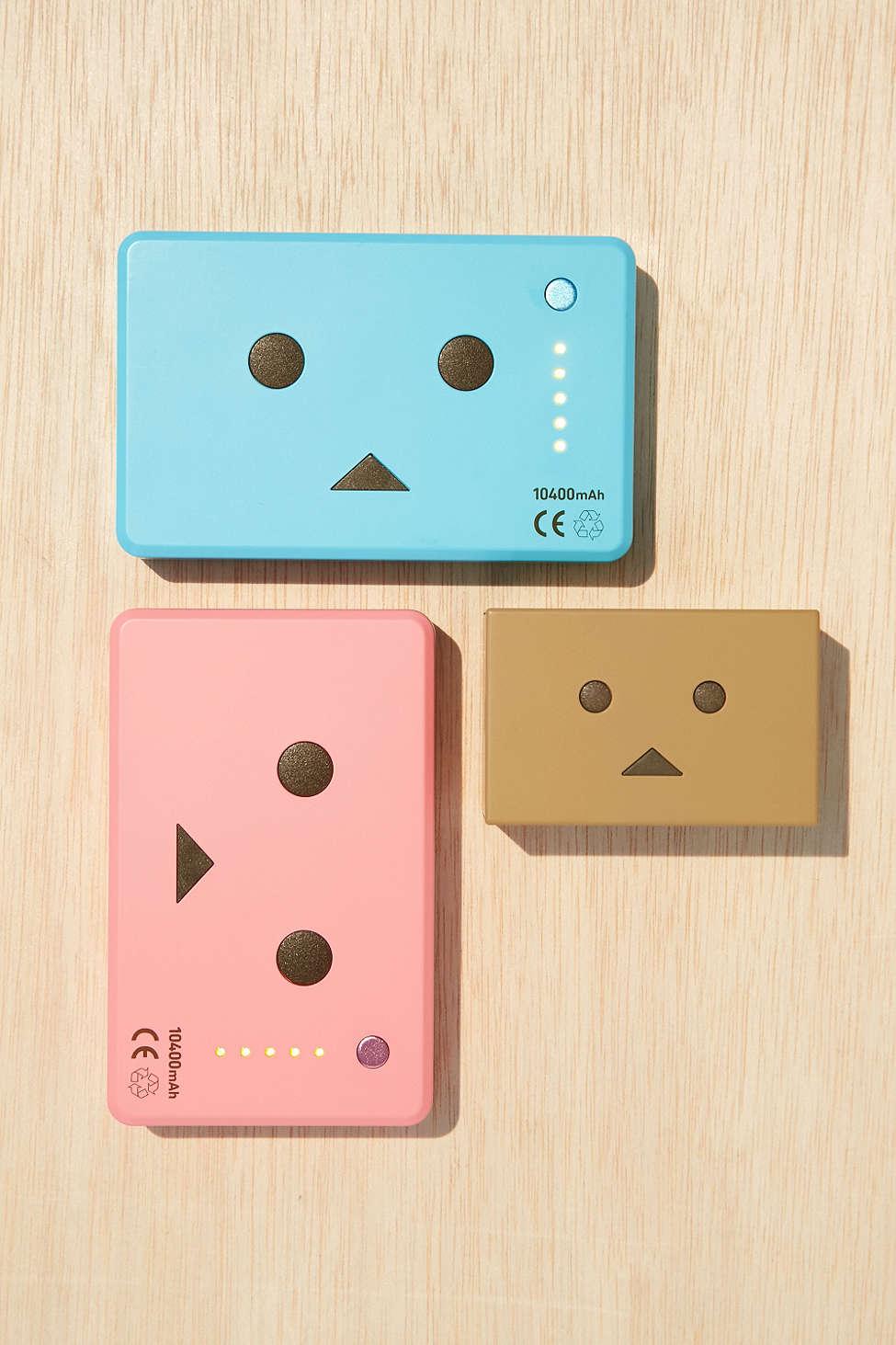 可愛的行動電源放在桌上看著看著心情也會愉快起來~