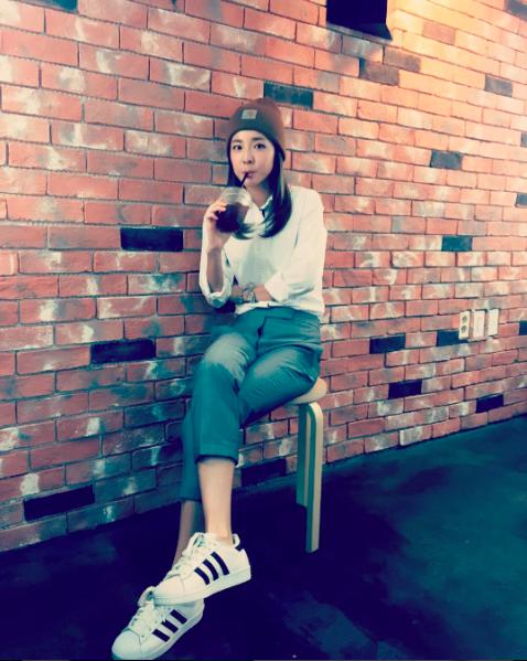 官方公布的身高是 159 公分的 Dara,配上童顏是不是看起來更像小孩了呢?