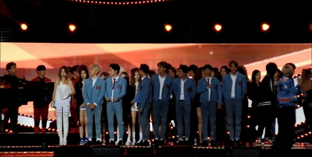眼尖的歌迷發現,在演唱會結束後,各家歌手出來排排站