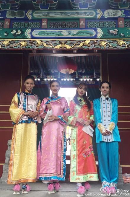 節目中的競爭對手張藍心,前天在微博上傳了認證照,照片中尹恩惠和其他三位中國藝人穿上中國服飾並露出淺淺的笑容,尹恩惠真的好美麗膩~