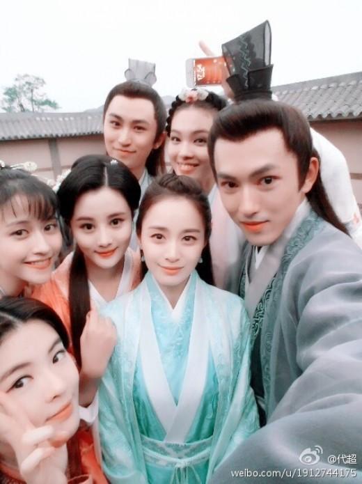 之前也和多位中國演員穿著中國服飾留下認證照
