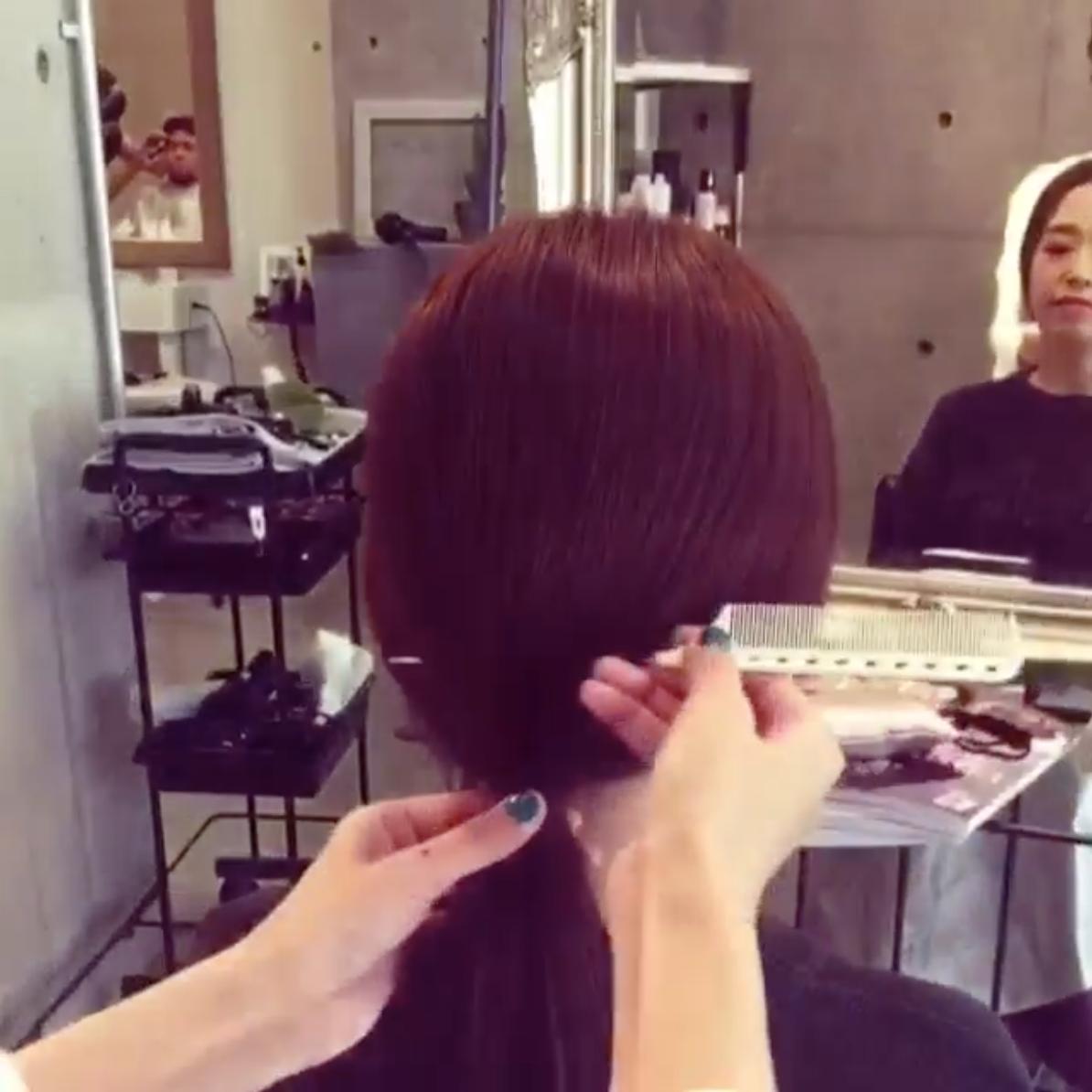 (2)接著拿梳子插入綁起的頭髮中央,往上輕輕的刮蓬,讓頭髮的圓形弧度出來。