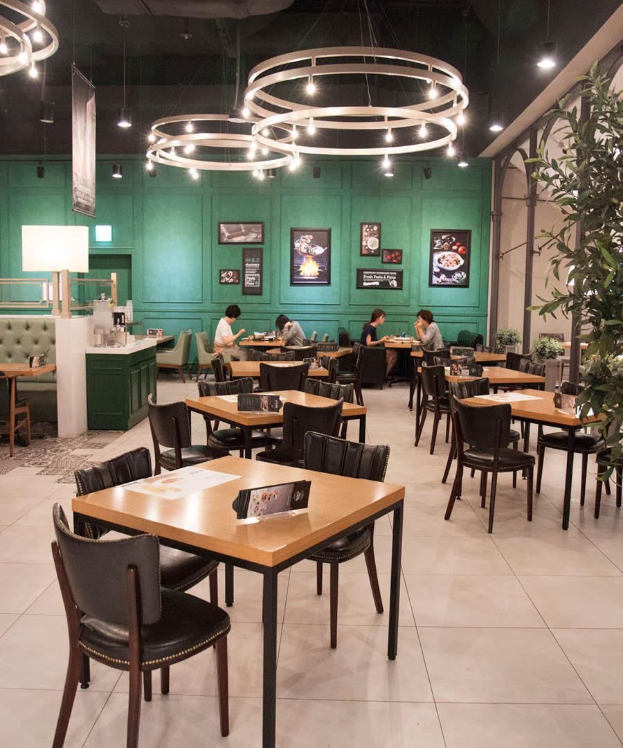 青綠色的牆壁和挑高的天花板,看起來非常的高檔... 就餐氛圍和服務都非常讚!開放式廚房,客人可以直接到廚房點餐的喲~