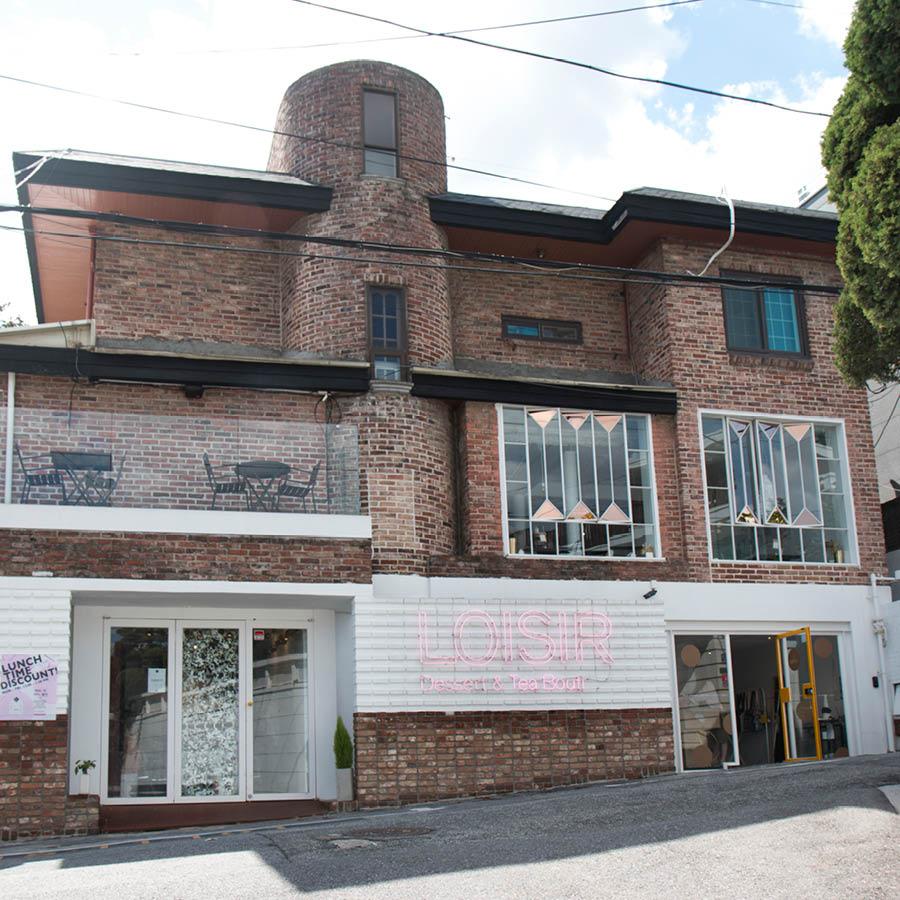 第三家店是象征著「閒適」的LOISIR...☆ 位於捷運6號線漢江鎮站附近的一個幽靜的小巷子中... 1樓是開party專用 2樓是品蛋糕茶&餐廳精品館
