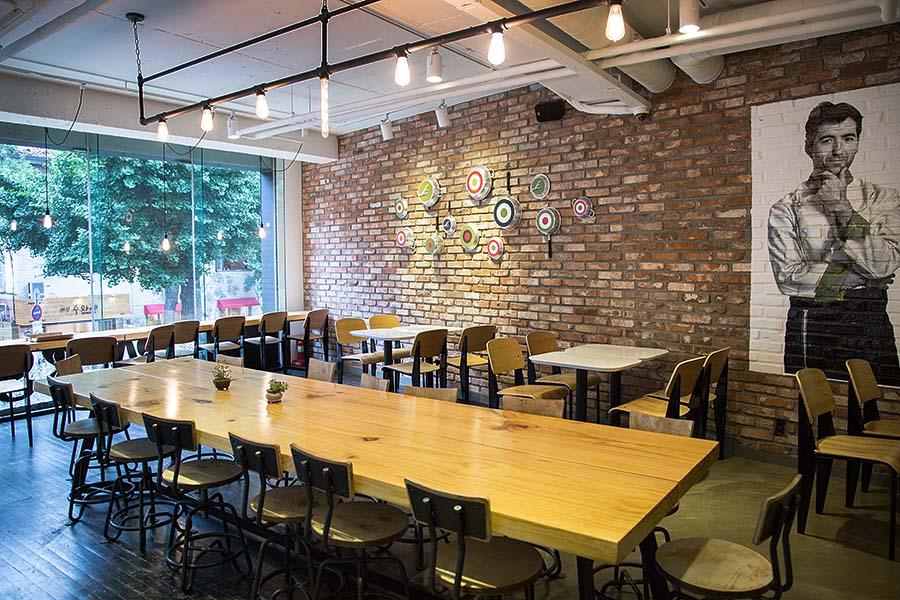 身為專業的美食攝影家 一進餐廳的同時 就要用鷹眼掃瞄這間餐廳裡哪裡光線最好 最適合拍照呢? 這時候就出個小測驗 窗邊好呢還是無人的小角落好呢?