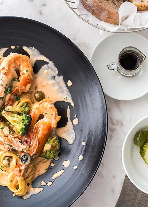 又被稱作「空照圖」的這個由上向下拍的top視角 除了呈現食物本身的美味還能顯現出餐桌擺設的氣氛 帶來和常見的食物側面照不同的趣味