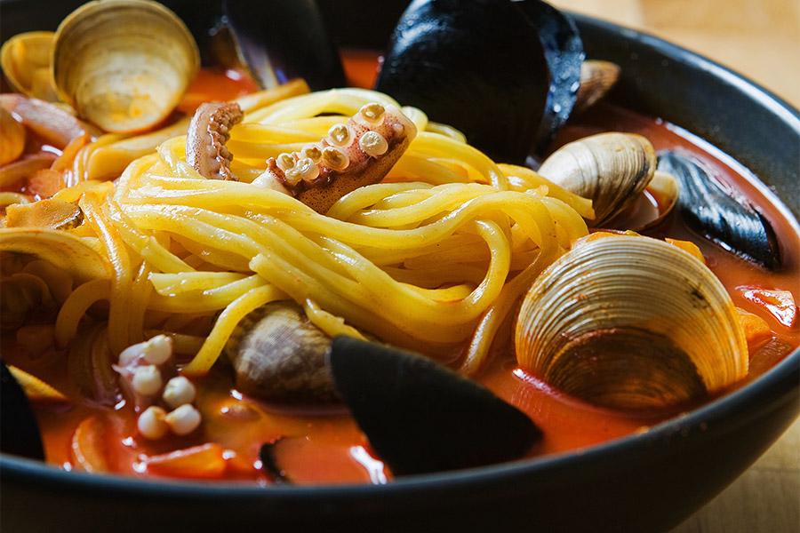 比起一起拍出食器和盛裝的飲食 把重點放在食器「內」的食物上 更能引起人的食欲
