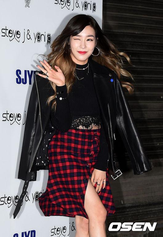 Tiffany這張帥氣又有性感女人味,皮衣這樣披著就是霸氣