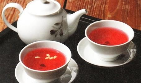 #5 五味子茶 所謂五味子,即果實有五種味道,製成茶飲對於因支氣管變弱引起的咳嗽和化痰有益,可以讓喉嚨舒服。