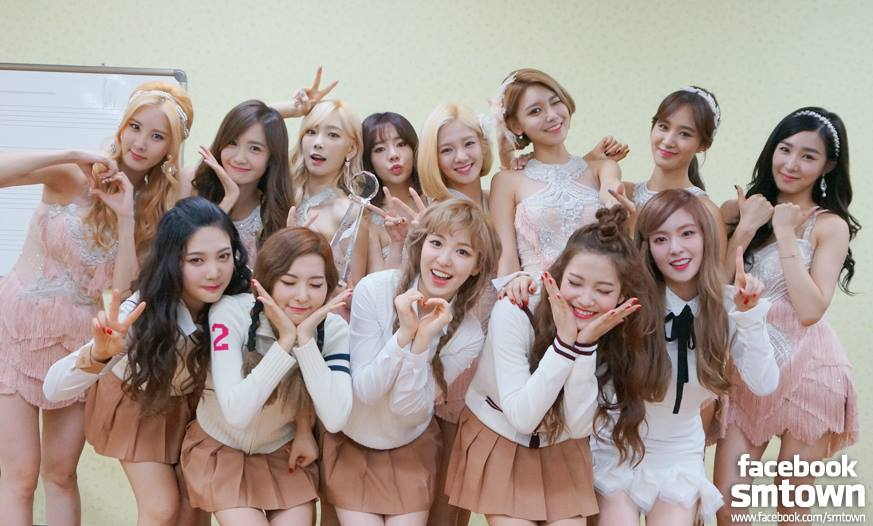那麼多團體每年一定也會發行很多張專輯,那大家有發現最近 SM Entertainment 發行的專輯中,封面都有一個很大的特色嗎?