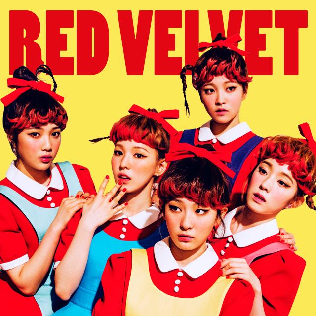 小師妹「Red Velvet」在今年 9 月發行的首張專輯《The Red》,也是以成員們化身成可愛的小紅帽(?)當封面。