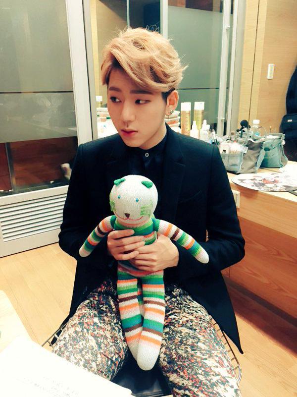 舞台上魅力十足的他,看到他跟娃娃的合照才想到,「對啦~他也是 92 年生的孩子」。