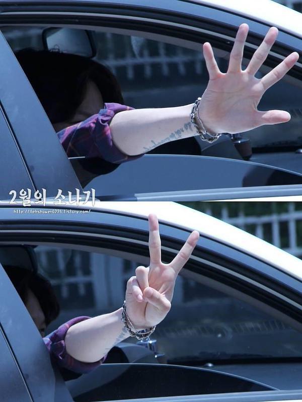 不要看他每次拍照都很搞笑,但手漂亮的程度真的不是開玩笑的XD
