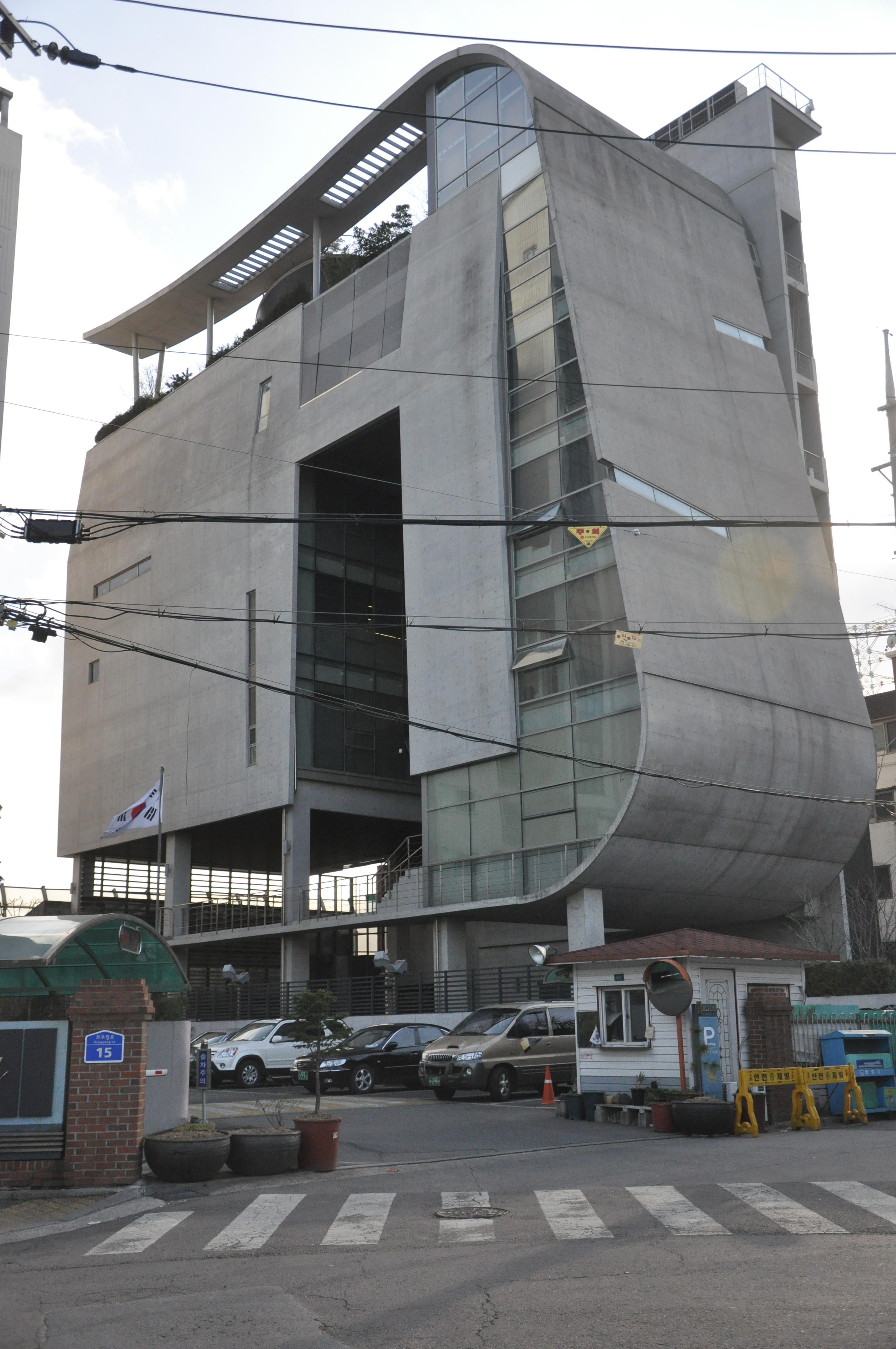 昨天有網友在首爾麻浦區的YG大樓中憋見春春一眼...