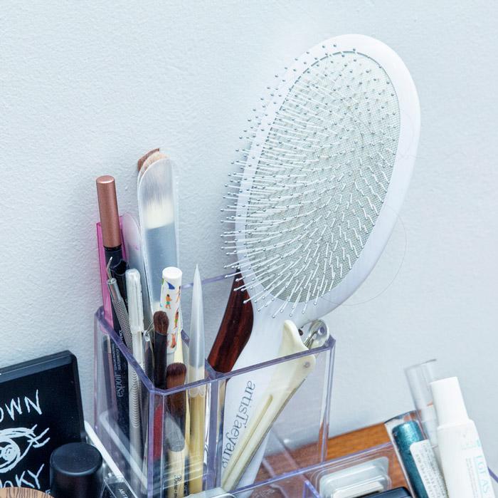 接下來要整理的是化妝用具...記得還是要選用透明的收納盒喲~