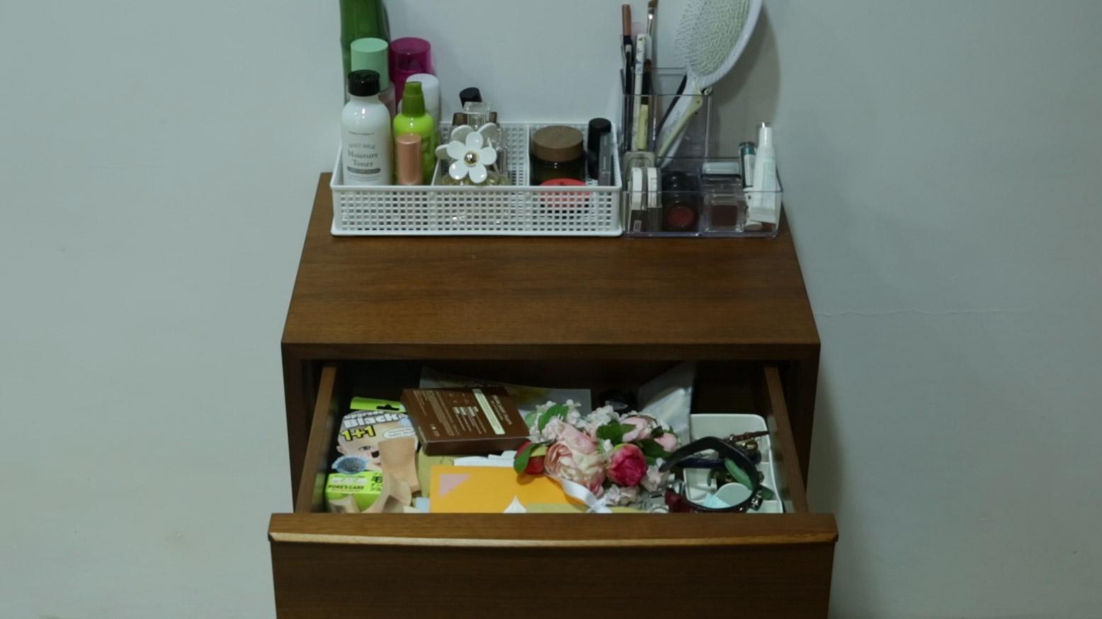 抽屜裡面放著各種雜物,各種樣品、飾品、各種面膜等.....❀