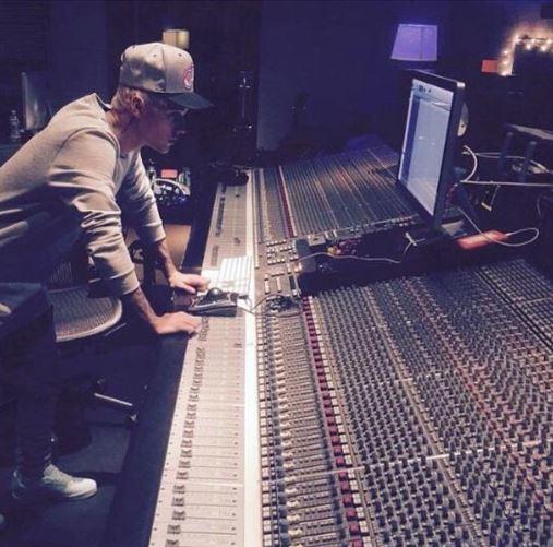 還是在11月提前發售專輯的小賈斯汀,都希望他們專輯大賣>_<♥