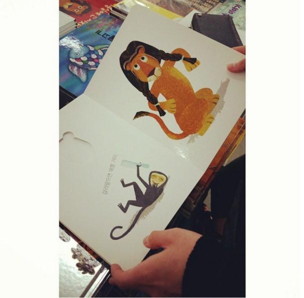不過韓國網友之前在EXO經紀人的instagram上看到這張照片,文字敘述打著「讀童話書的小孩」