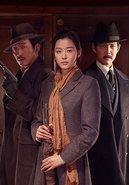 而今年7月,全女神攜手韓國兩大男神李政宰、河正宇主演的年代電影《暗殺》上映後,全女神在劇中的民國造型也是美到不行,而且剛好都是適合秋冬的造型。
