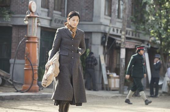 #大衣篇 大衣1:長大衣、馬丁靴,土黃色圍巾,配上全女神矯健的身姿,帥氣十足。