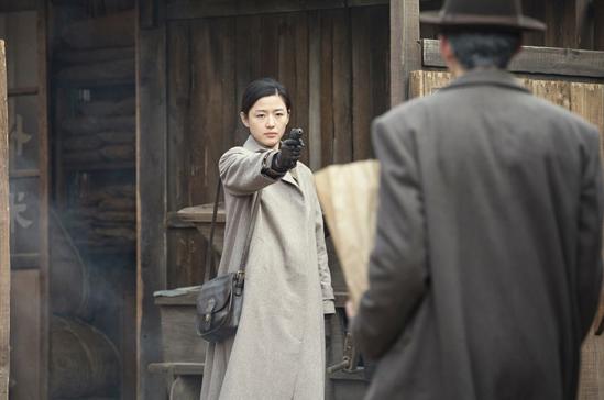 大衣2:劇中這件淺棕色大衣除了好搭之外,還很中性,絕對是帥氣女生的首選。薄一點的面料讓整個人更輕盈和瀟灑。再配上一款軟皮質的包包,強大的氣場撲面而來。