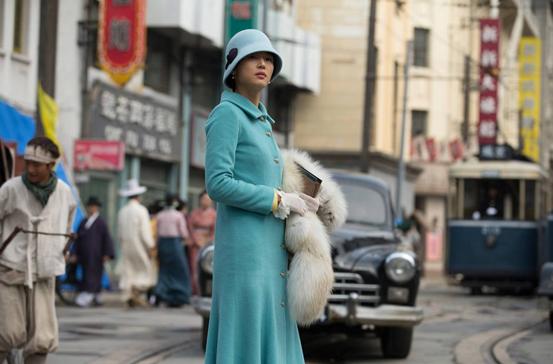 如果不說這是民國戲,有多少人會以為這是一張時尚的歐美街拍啊!