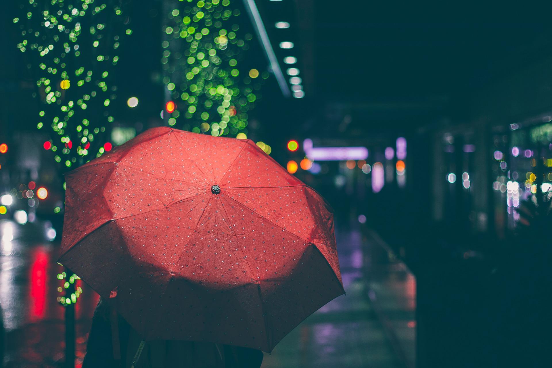 3. 怎麼拍都跟心情一樣灰濛濛下著雨的天空 大膽的裁掉吧!留下色彩讓心情up up up!