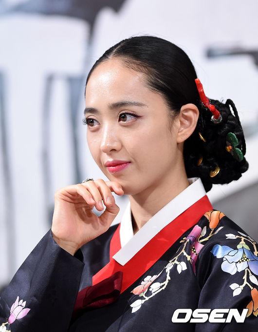 由金玟廷主演的新劇《生意之神 - 客主2015》上月開始已經在KBS熱播了,新劇中她變身時髦的螢火蟲,首次挑戰男裝扮相,想了解的小夥伴趕快去搜搜吧☆