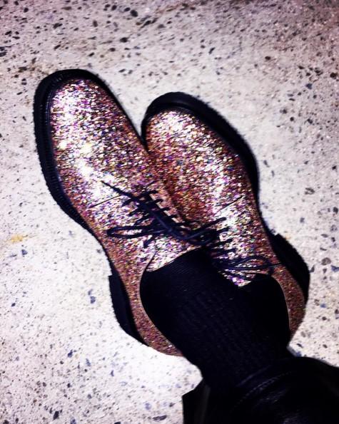 那就是收集鞋子!也愛收藏鞋子的藝人Defconn曾在節目上透露GD先把鞋子入手之後,鞋子銷量變超好,之後其他人就要以高價才能買到,還在節目中發了一段影像信件叫GD去收藏別的東西XD