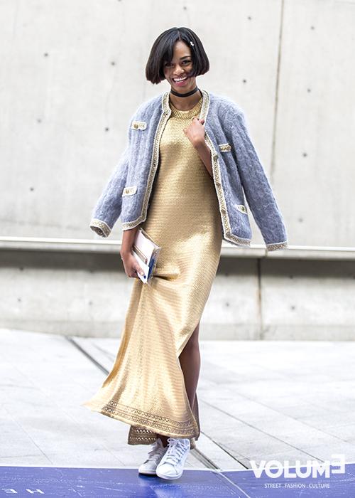 這個很有中國旗袍年代感的長裙再搭上一雙現代版的運動鞋,毫無違和感~