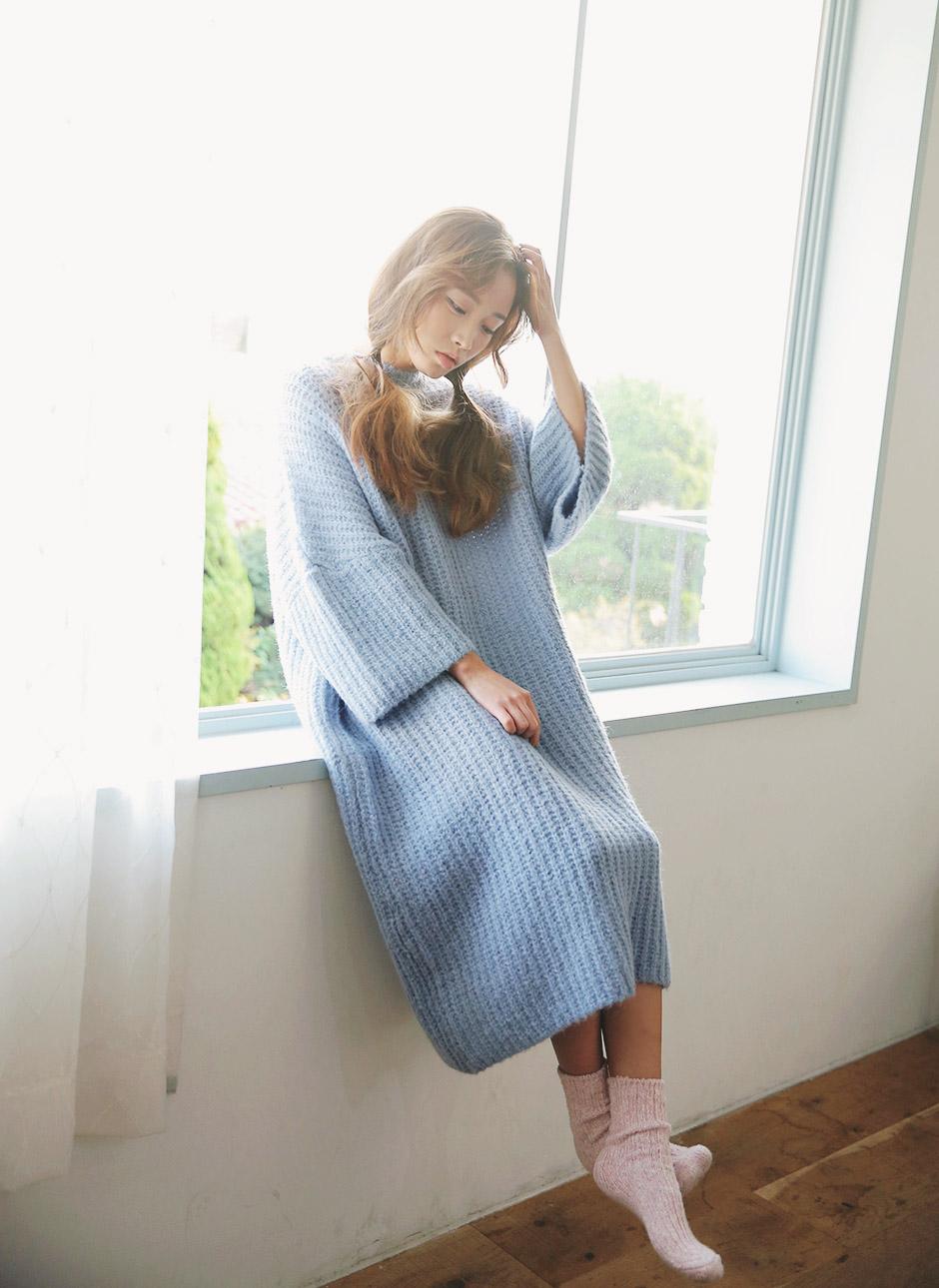 淺色的針織洋裝讓整體造型顯得不那麼沉重!