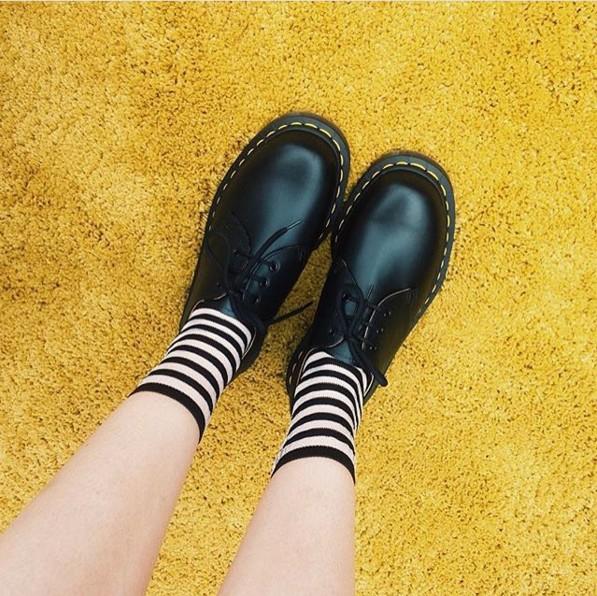 但今天露可你看想給你看的是平跟鞋家族的馬汀鞋與襪子的搭配法!1641鞋款與襪子搭起來俏皮的模樣讓人心癢癢呀。