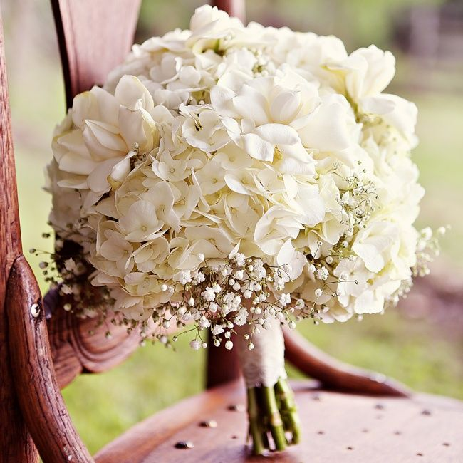 用滿滿的雪白色鮮花組成的捧花~