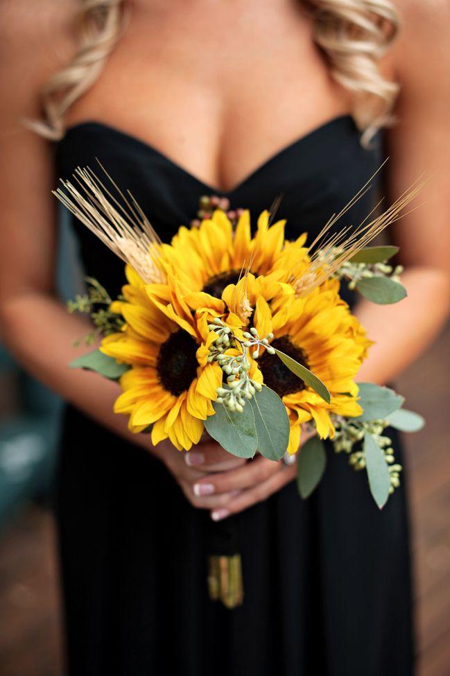 搭配結婚典禮的季節而選擇捧花也是一個不錯的選擇! 蔚藍的天空配上太陽花如何呢? 光是想像都覺得很美啊啊啊:)