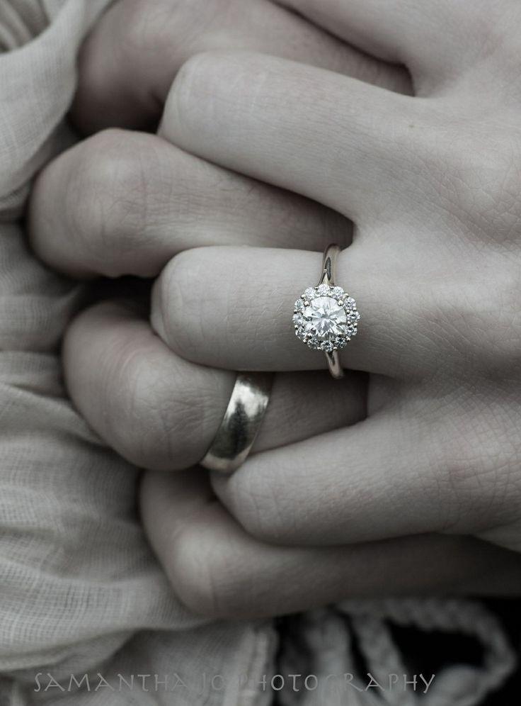 男生的戒指越簡單越好~ 女生的戒指就一定要閃閃發亮的kekeke