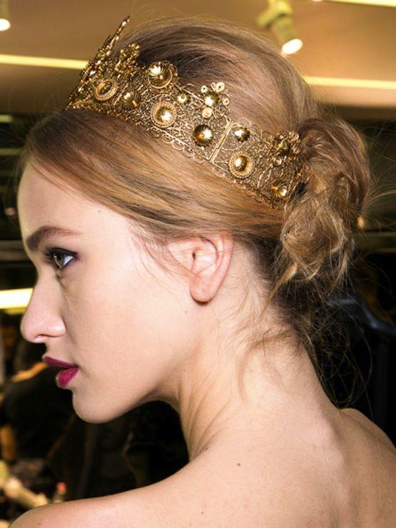 除了頭紗、面紗以外也有很多這種戴在頭上的裝飾. 像皇冠一樣