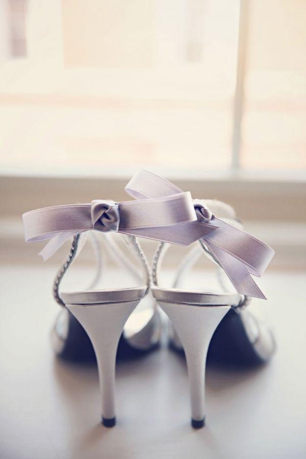 只是在鞋子上掛上一個小蝴蝶結 DIY婚鞋完成!