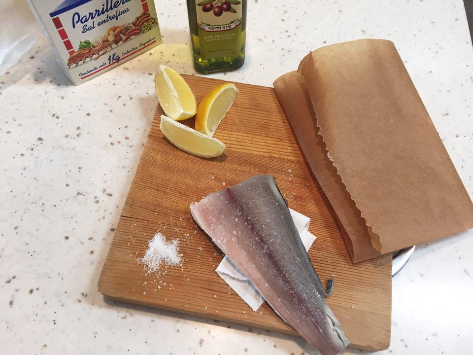 已經飢腸轆轆的小編回到家就馬上開始料理了!準備食材也特別簡單,魚一塊,食鹽,橄欖油(可以用其它食用油代替),檸檬,油紙。