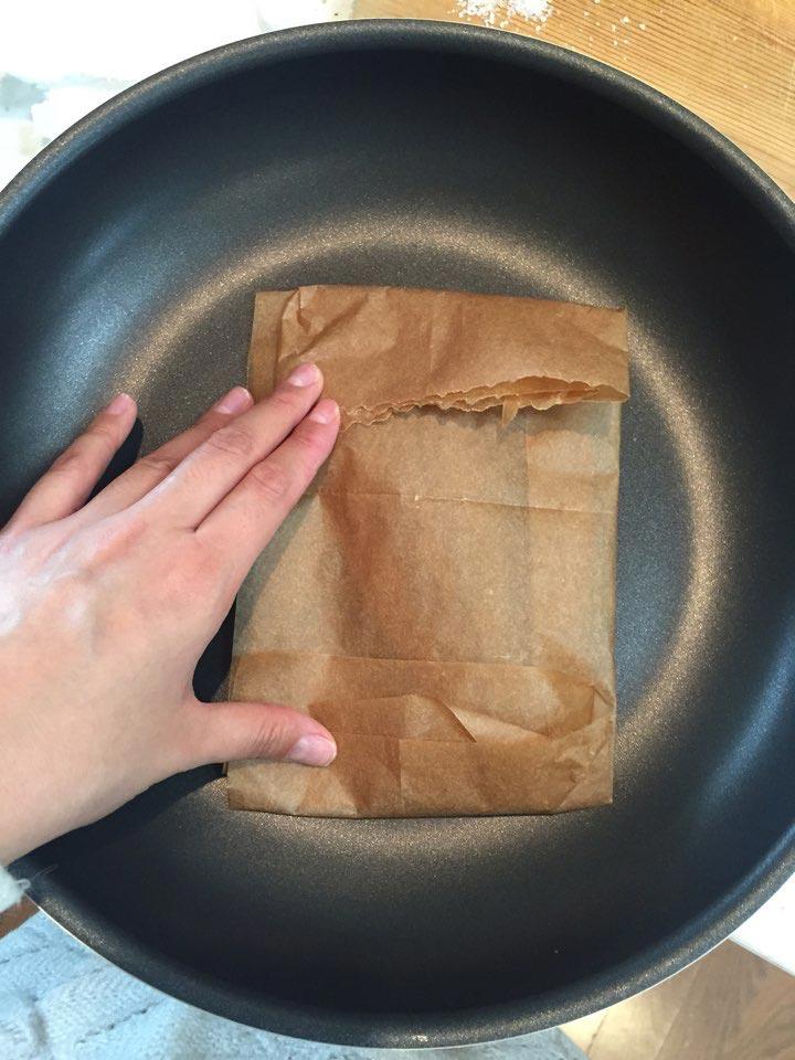 4.為防止魚腥味和油,折起油紙。