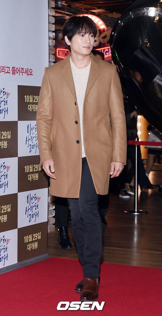 演員池晟在出席試映會時也一樣穿著棕色系的大衣 但特別的是皮革的質感搭配相近色系的皮鞋在溫暖的感覺中 透露出時尚的氣質