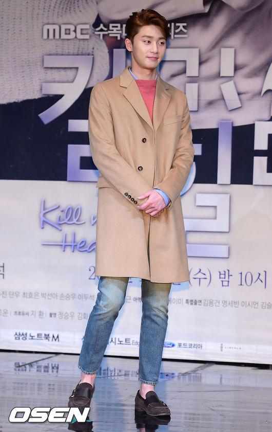 朴敘俊以休閒裝扮搭配一件棕色系的大衣 也是休閒又不失個性的穿法
