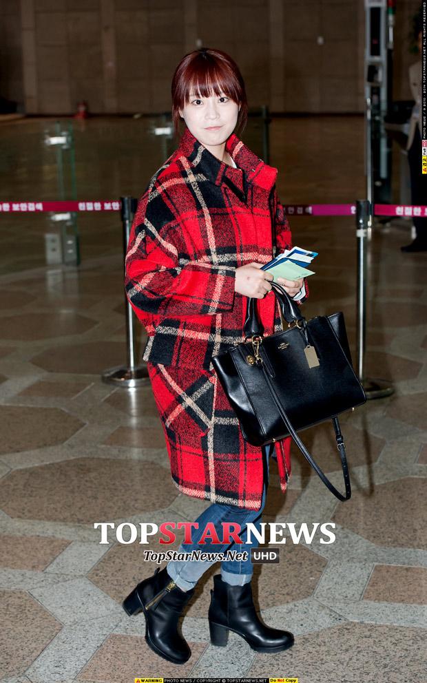 kara 的超可愛老么齡智穿著的是今年秋冬最流行的格紋大衣 展現活潑的氣息
