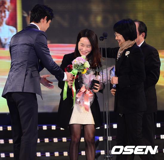 朴智恩,從09年的《賢內助女王》出道的韓國編劇,《逆轉女王》《順藤而上的你》等熱播的韓國家庭劇均出自她手,以極具說服力的劇情和個性強烈的女主角聞名,更是被贊為「國民編劇」。