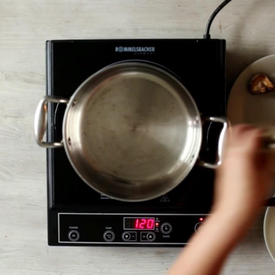 把鯷魚放到平底鍋小炒一下...不要放油!...這樣做的目的是去除腥味~